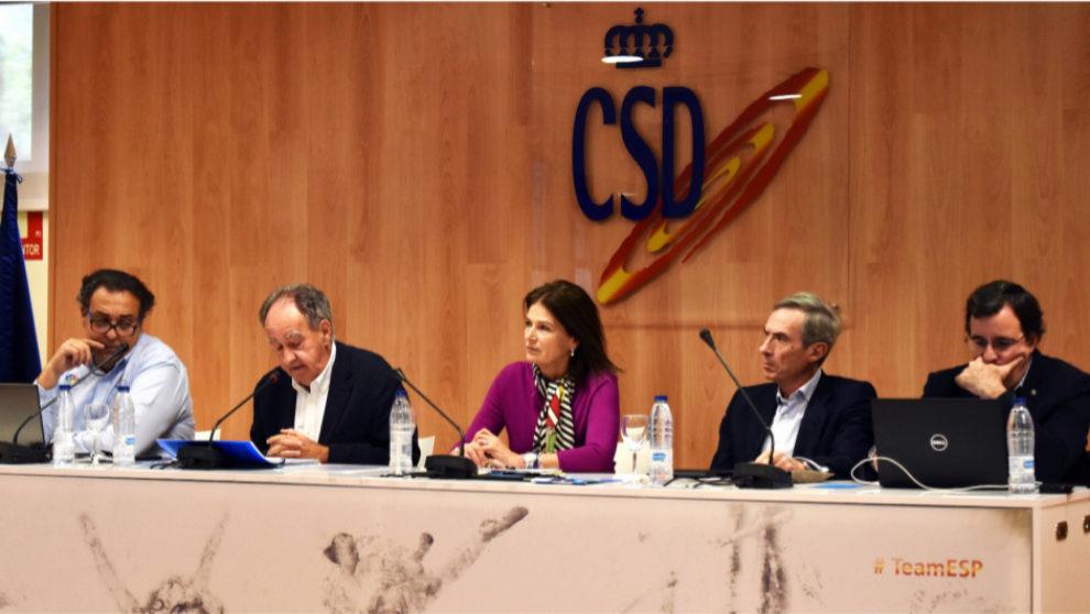 Julia Casanueva, en el centro, durante la Asamblea General...