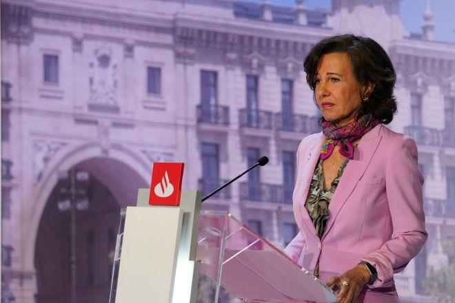 Ana Botín, presidenta de Santander, durante la junta de accionistas...