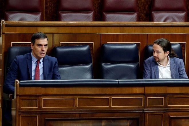 El presidente del Gobierno, Pedro Sánchez (izquierda), y el...