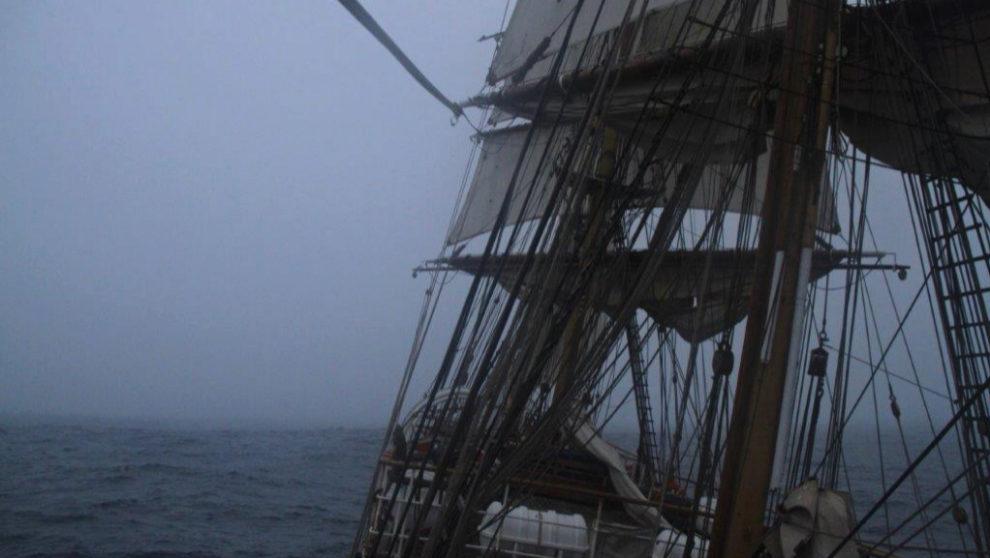 La niebla hace acto de presencia por la proa del Bark Europa.   MARÍA...