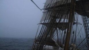 La niebla hace acto de presencia por la proa del Bark Europa. | MARÍA...