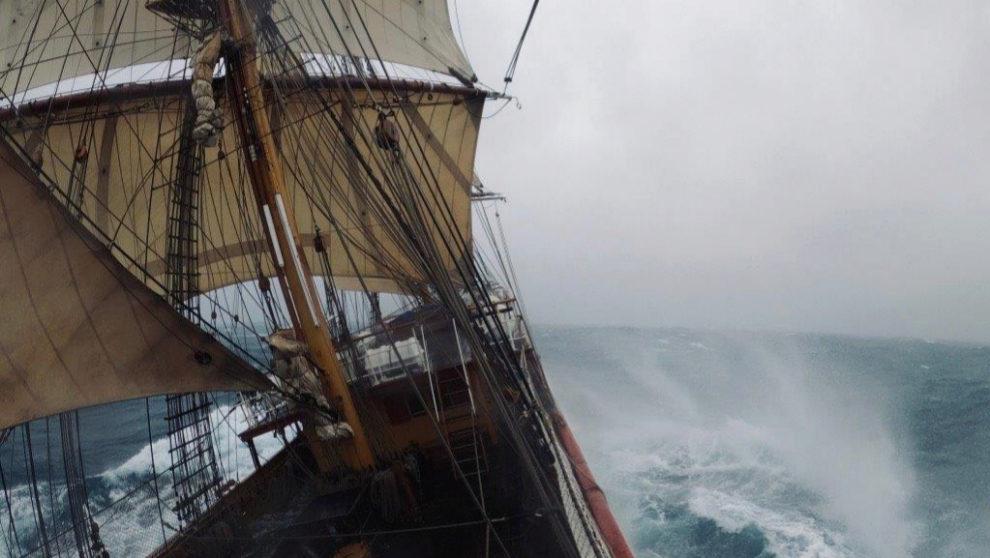 El Bark Europa, atravesando la tormenta. | MARÍA INTXAUSTEGI