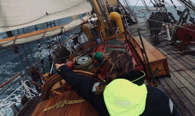 Eric, capitán del Bark Europa, al timón. | M. INTXAUSTEGI