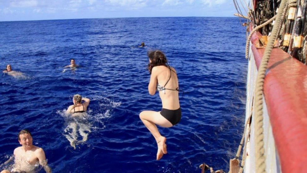 La tripulación del Bark Europa, dándose un chapuzón en alta mar.  ...