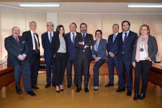 La junta directiva de la agrupación Galicia del Instituto de Censores Jurados de Cuentas. Su presidente, Enrique González, en el centro.