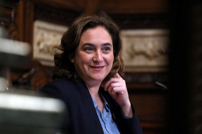 La alcaldesa de Barcelona, Ada Colau, presidiendo el pleno municipal...