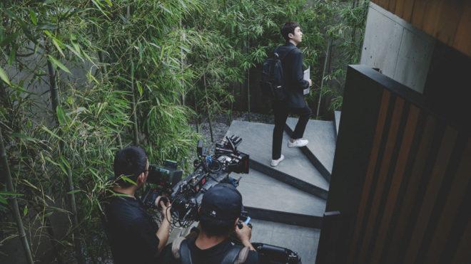 Imagen del rodaje de la escena en que Ki-woo entra por primera vez a la casa de los Park.