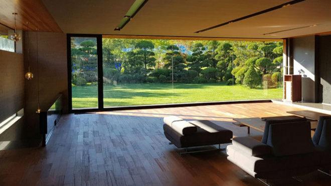 Render del salón con vistas al jardín.