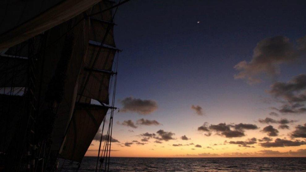 Al timón, viendo amanecer en el trópico de Capricorni. | MARÍA...