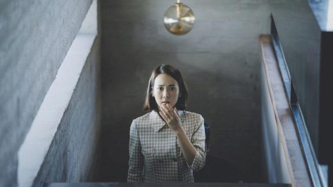 La señora Park en la escalera interior.