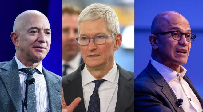 De izquierda a derecha, Jeff Bezos, CEO de Amazon; Tim Cook, CEO de...