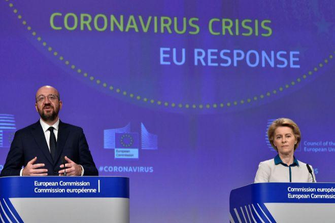 El presidente del Consejo Europeo, Charles Michel (izquierda) y la...