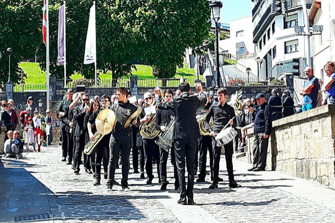 Banda de música en el municipio guipuzcoano de Getaria.