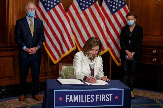 La presidenta de la Cámara Baja estadounidense, Nancy Pelosi, firma...