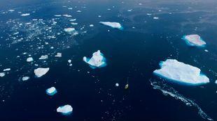El velero 'Creskell', cruzando una zona de icebergs y...