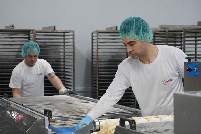 Trabajadores de la empresa Daveiga, que fabrica galletas 'marineras'...