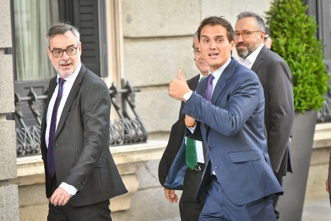 José Manuel Villegas (izquierda) y Albert Rivera entran en el Congreso de los Diputados en una imagen de archivo.