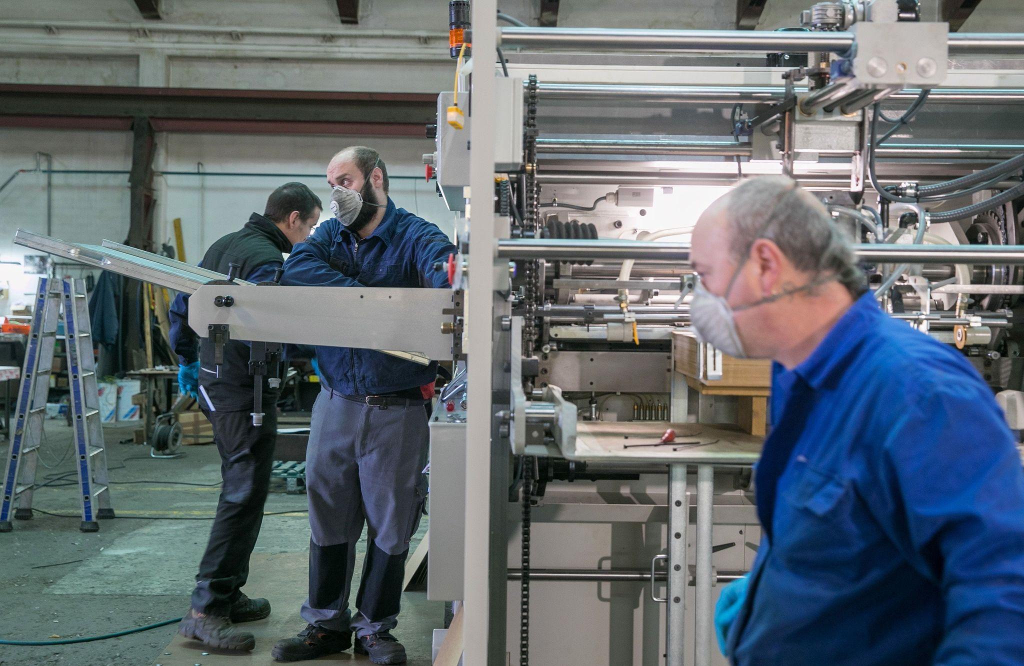 Cientos de miles de trabajadores ya se han reincorporan a sus puestos, en medio del debate sobre las medidas de seguridad en los centros de trabajo.