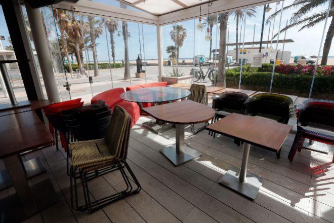 Restaurantes cerrados por la crisis del Coronavirus,en la playa de la Malvarrosa de Valencia.