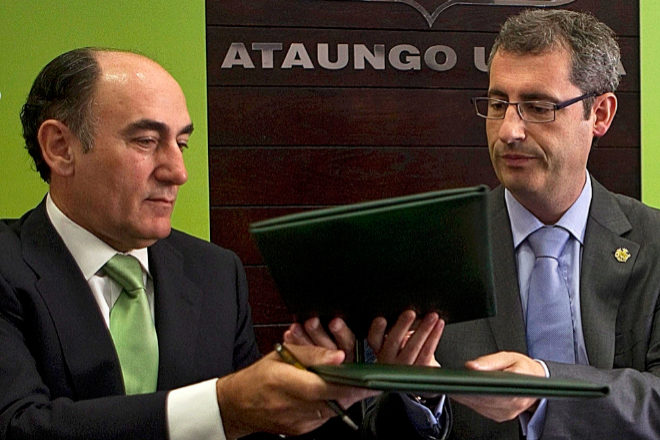 El presidente de Iberdrola, Ignacio Sánchez Galán, y el diputado general de Gipuzkoa, Markel Olano, en una foto de archivo durante la presentación del servicio de coches eléctricos en Ataun.