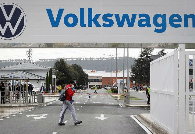 Un empleado de Volkswagen entra esta semana en la factoría de Pamplona.