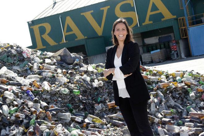 Coral Rojas-Marcos, gerente de zona de Ecovidrio, en la planta de reciclaje.