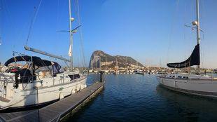 Dos embarcaciones atracadas en el puerto deportivo de Marina...