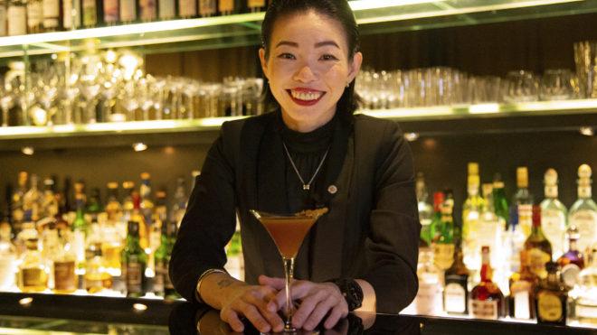 Fufu, bartender del Bvlgari Bar de Tokio, comparte cómo preparar un Tea Cocktail.