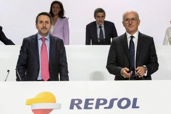 Josu Jon Imaz, consejero delegado de Repsol (izquierda) y Antonio...