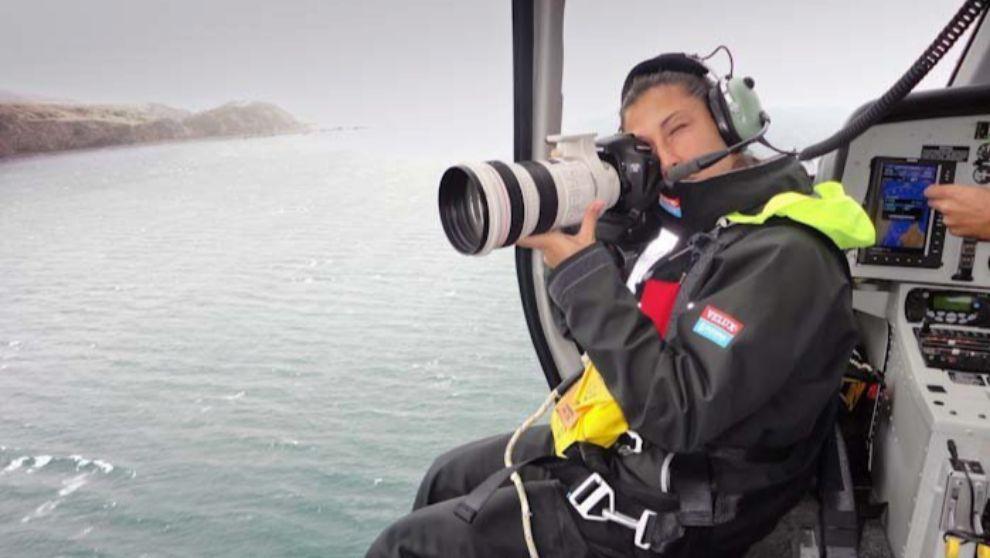 Ainhoa Sánchez, tomándo imágenes desde el helicóptero. | VELUX 5...