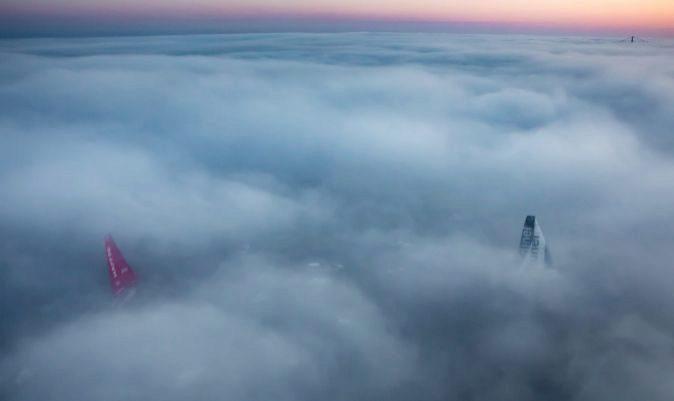 Mapfre y Team Brunel, ocultos en la niebla, en la Volvo. | A.SÁNCHEZ