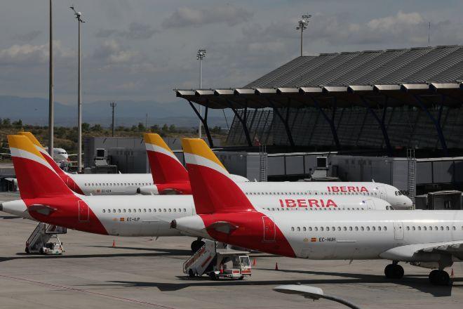 Varios aviones de Iberia aparcados en el Aeropuerto de Madrid-Barajas...