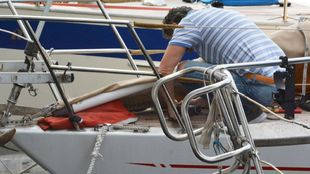 Un hombre, revisando su velero. |Mauro Zocchi / EFE