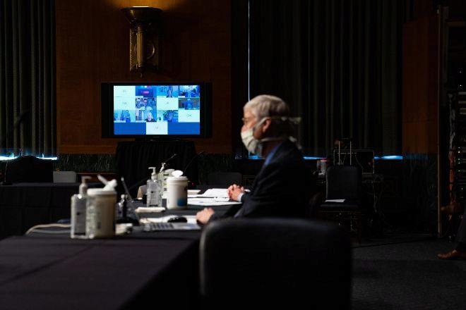 Un miembro del Comité de Salud del Senado de EEUU mantiene una reunión por Zoom.