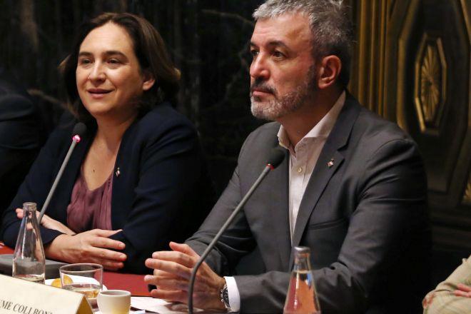 La alcaldesa de Barcelona, Ada Colau, y el primer teniente de alcalde,...