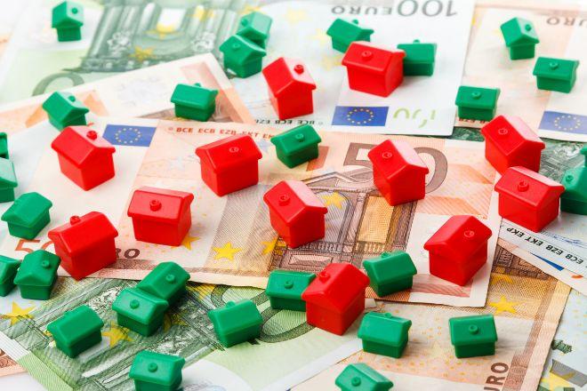 Small toy houses and euro banknotes CASITAS HOTELES MONOPOLY BILLETES EURO. lt;HIT gt;HIPOTECAS lt;/HIT gt; VENTA PISOS Y VIVIENDAS ALQUILER PRECIO ALZA
