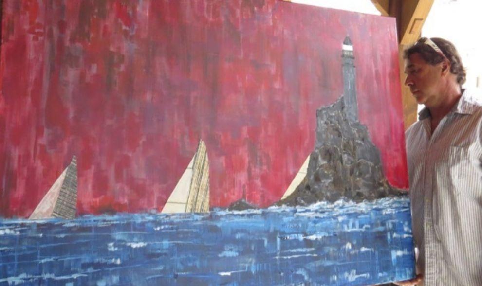 Guillermo Altadill contemplando uno de sus cuadros de grandes...