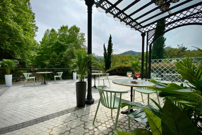 Terraza de Txitxardin, de Sergio Humada, ya preparada para abrir el lunes 11 en Lasarte.