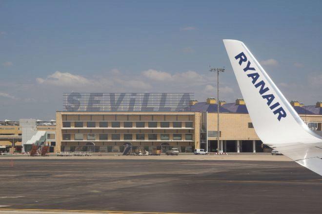 Avión de Ryanair en el aeropuerto de Sevilla.