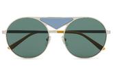 Con lentes verde y puente azul en contraste.