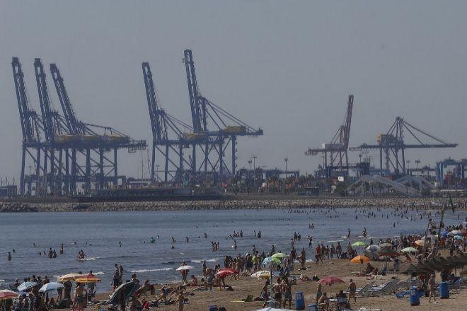 Puerto de Valencia desde la playa de la Malvarrosa.