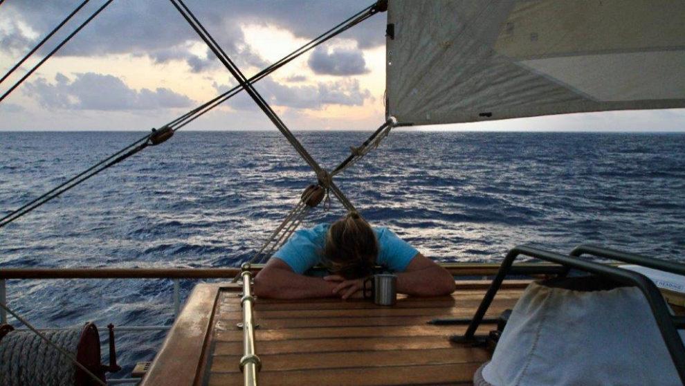 El capitán, desesperado por no tener viento.    MARÍA INTXAUSTEGI