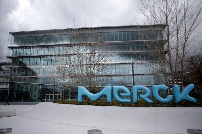 Logo de Merck a las puertas de la sede de la compañía alemana.