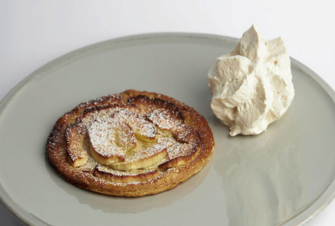Tarta fina de manzana con chantilly de vainilla