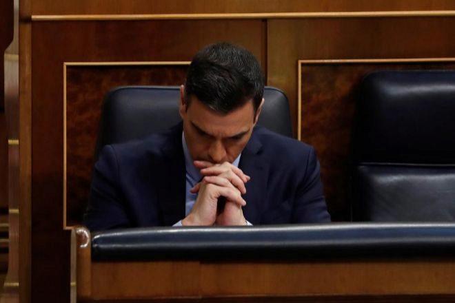 El presidente del Gobierno, Pedro Sánchez, en actitud pensativa en el Congreso de los Diputados.