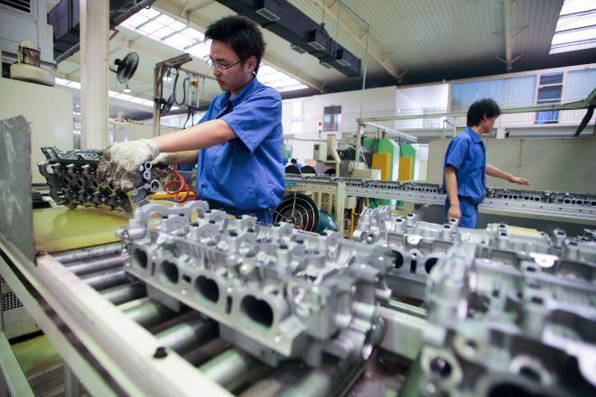 Trabajadores en una cadena de montaje en China.