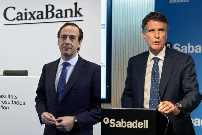 El consejero delegado de CaixaBank, Gonzalo Gortázar (izquierda), y...