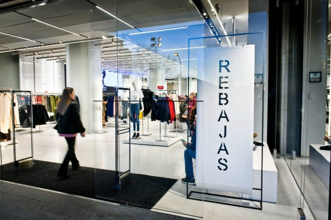 Foto de archivo de las rebajas de enero en la tienda de Zara de Paseo...