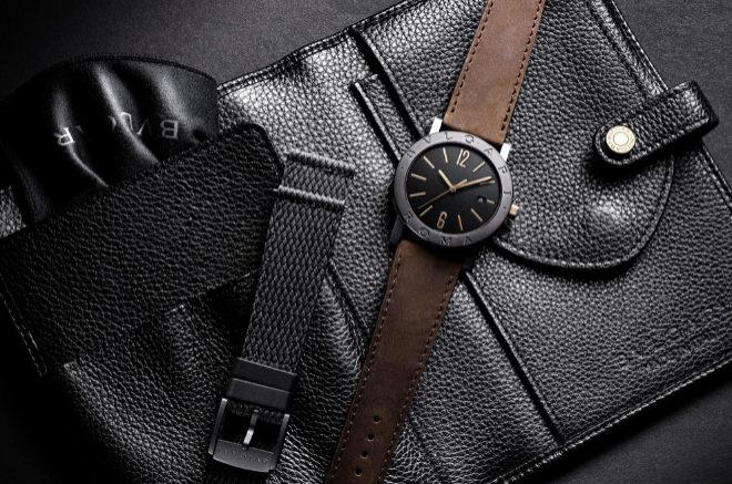 Cada reloj se vende con un estuche de viaje confeccionado en piel y una segunda correa de caucho negro.
