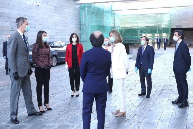 De izquierda a derecha. Don Felipe, doña Letizia, la presidenta de la...